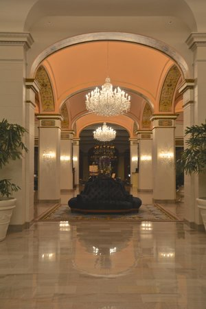 Omni Shoreham Hotel : Gorgeous lobby with beautiful chandeliers