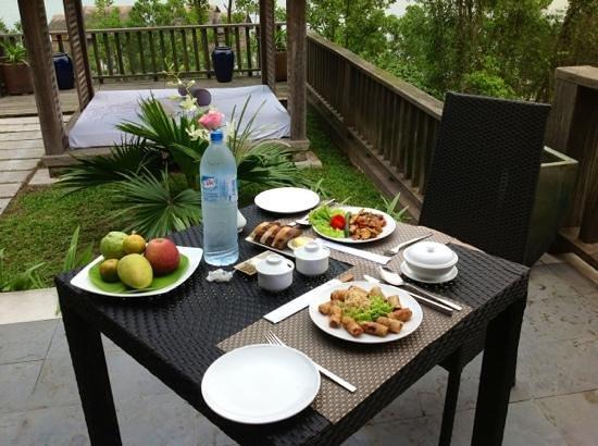 Vedana Lagoon Resort & Spa : repas à la villa