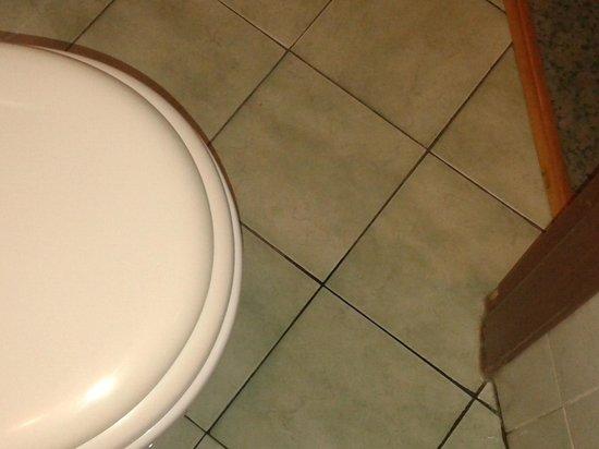 Hotel Toscana: bagno piccolo: è un eufemismo!