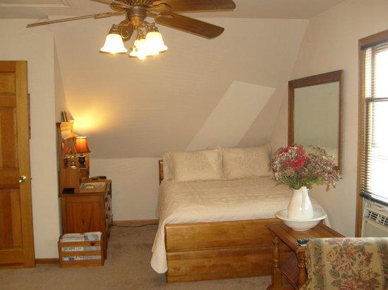 Julian Country Inn: Guest Room #2 full/double bed & loveseat