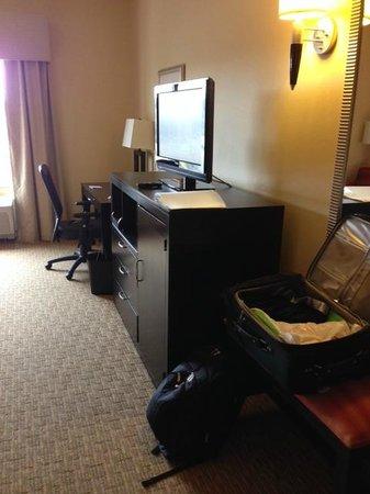 Holiday Inn Express Hotel & Suites Nashville - Opryland : flat screen tv, dresser drawers and work desk