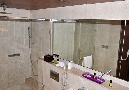The Lalit New Delhi: Bathroom