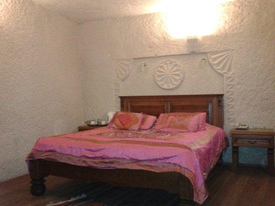 Vezir Cave Suites: Respaldo de la cama en piedra!