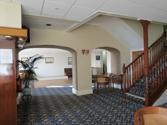Cliffe-Norton Hotel: through arch to entertainment area, reception on right