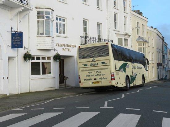 Cliffe-Norton Hotel: Coach outside hotel