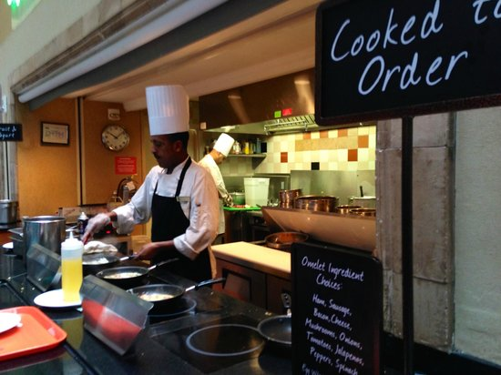 Embassy Suites by Hilton Washington D.C. Georgetown : ANOTHER VIEW OF OMLETE STATION