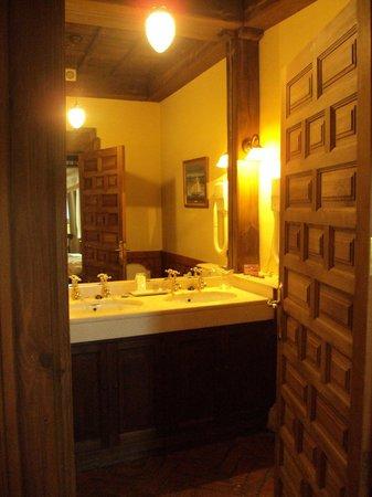 Hotel Huerta Honda: Baño de habitación doble superior.