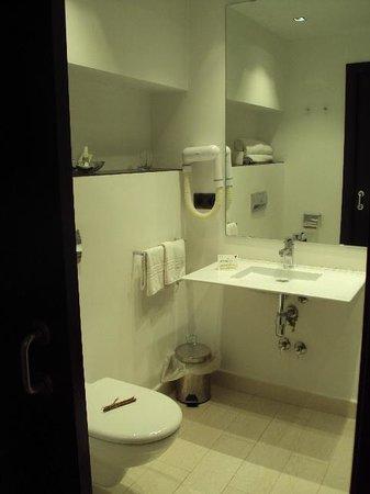 Hotel Huerta Honda: Baño de habitación doble estándar.
