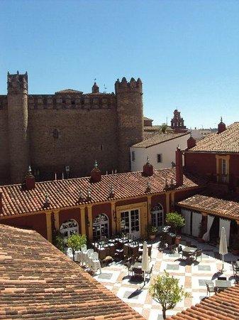 Hotel Huerta Honda: El hotel y el Palacio-Castillo de los Duques de Feria (hoy Parador de Turismo)