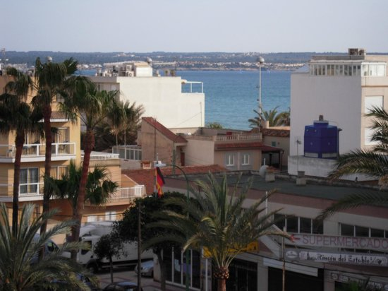 Hotel Helios Mallorca : Vista del mar entre casas.