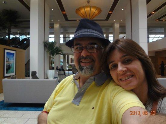 Hilton Miami Airport: Eu e minha esposa no saguão do hotel