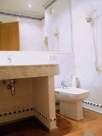 Saray Hotel: Baño de habitación doble estándar.