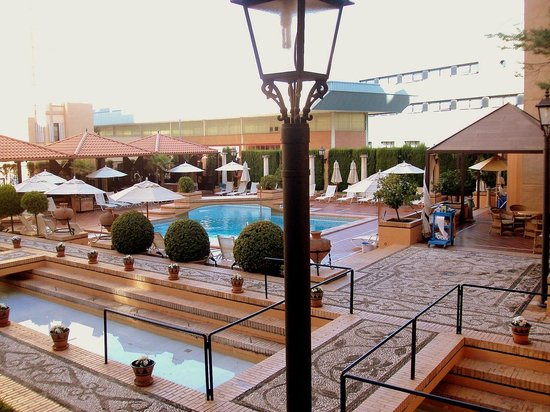 Saray Hotel: Piscina y entorno.