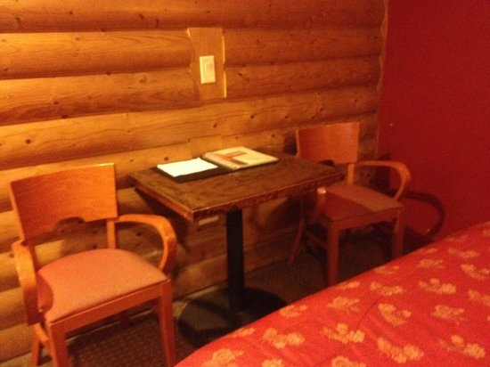 Historic Pioneer Lodge: nice little desk area with 2 chairs to accommodate 2 people and 2 laptops