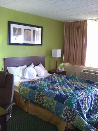 Airport Waterfront Inn : Bed area