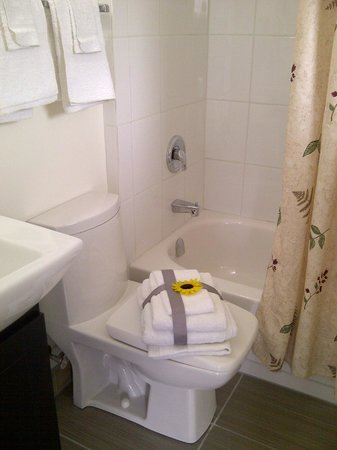 Lord Nelson Motel: Renovated Bathroom