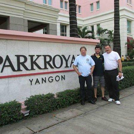 PARKROYAL Yangon : Em frente ao Park Royal em Yangom.