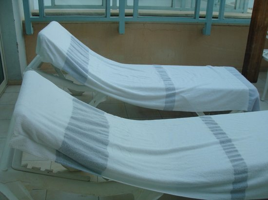 Herods Palace Hotel Eilat: Room balcony with chaises