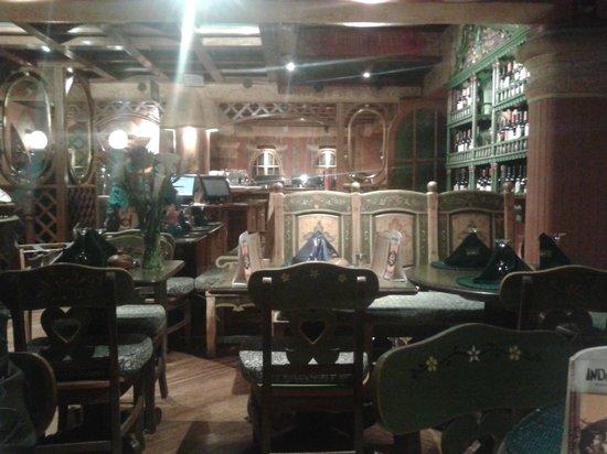 El Indio Feliz Restaurant Bistro: Visão interna