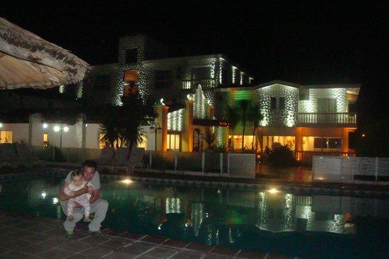 Santa Cecilia Resort & Spa: Vista nocturna del hotel desde la pileta