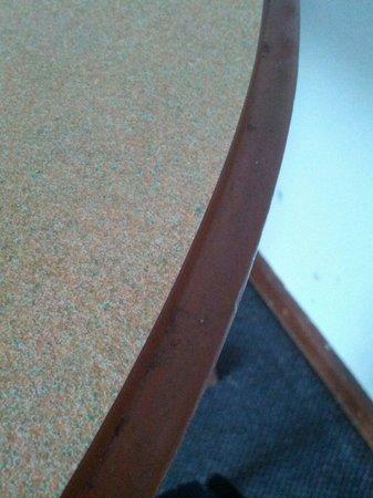 Comfort Inn Traralgon: sticky gross table