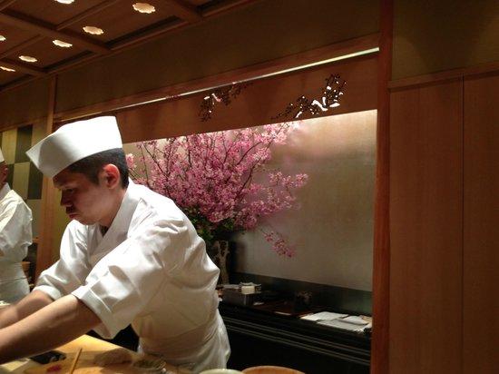 Kyubey Main Restaurant: グループごとに板前さん一人付きます