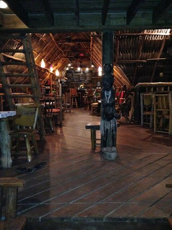 Tranquilseas Eco Lodge and Dive Center: View into the bar