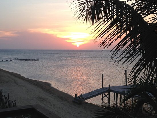 Tranquilseas Eco Lodge and Dive Center: Sunset