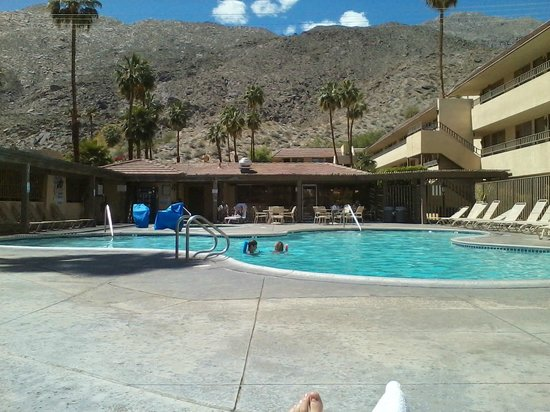 Vagabond Inn Palm Springs: Nice pool and hot tub with view of the mountains