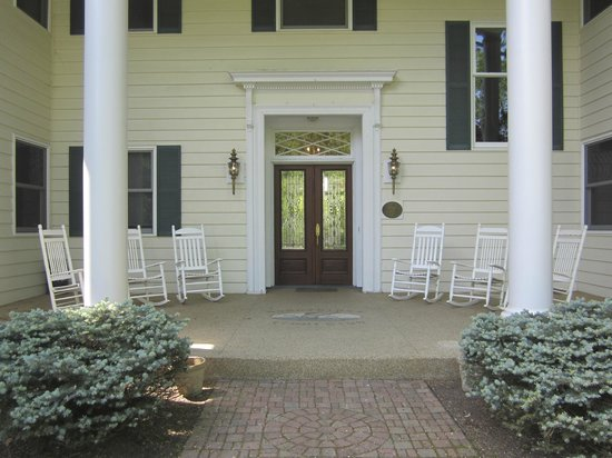 Farrell House Lodge: Front porch of Farrell House