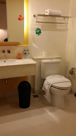 HARRIS Suites FX Sudirman : clean bathroom