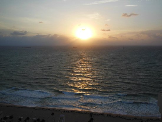 Marriott's BeachPlace Towers : Watching the sunrise from our balcony