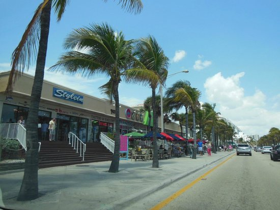 Marriott's BeachPlace Towers: Shops and restaurants along the beach walk