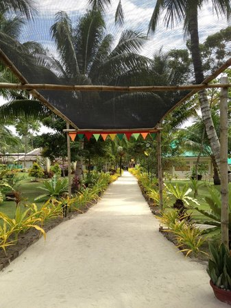 Paradise Island Park & Beach Resort: Pathway to the cottages