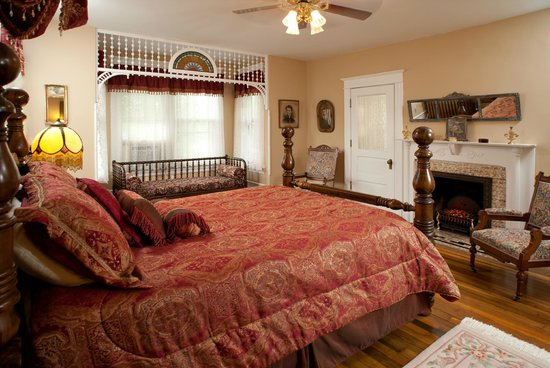 The Historic Morris Harvey House Bed and Breakfast : The Grand Suite