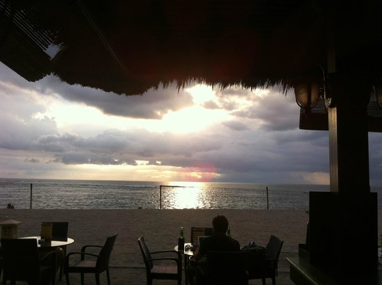 Kila Senggigi Beach Lombok: Sunset at the bar