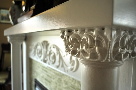 The Historic Morris Harvey House Bed and Breakfast: Fireplace mantle woodwork