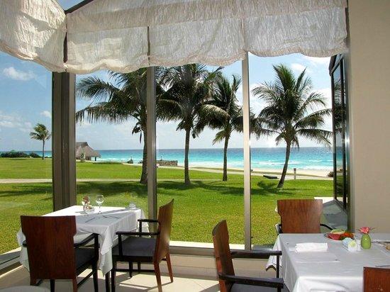 Iberostar Cancun: View from inside dinning room (buffet)