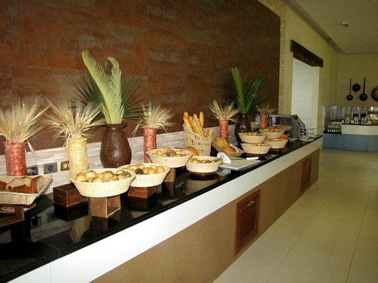 Iberostar Cancun: Buffet (bread bar)