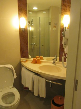 Ibis Bangkok Siam: Bath room
