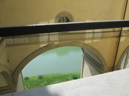 Hotel Degli Orafi : Partial view of the Arno from room