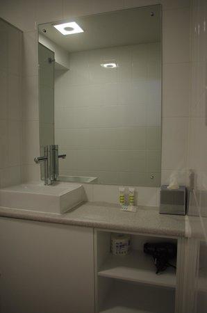 Mercure Grosvenor Hotel: super tiny wash basin