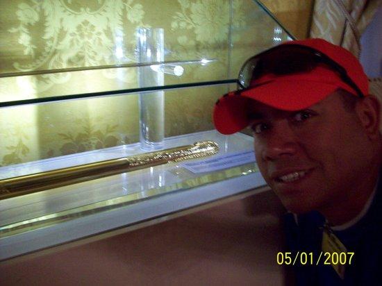 Palais du Gouvernement de l'Équateur : La replica de la espada del Libertador