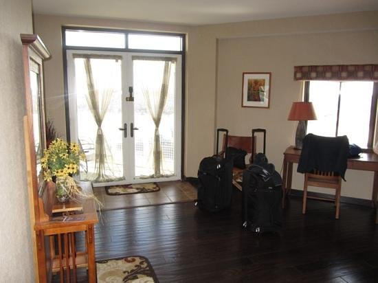 Clifty Inn: Suite 401: View from foyer. Fench doors open onto balcony. Lots of light.