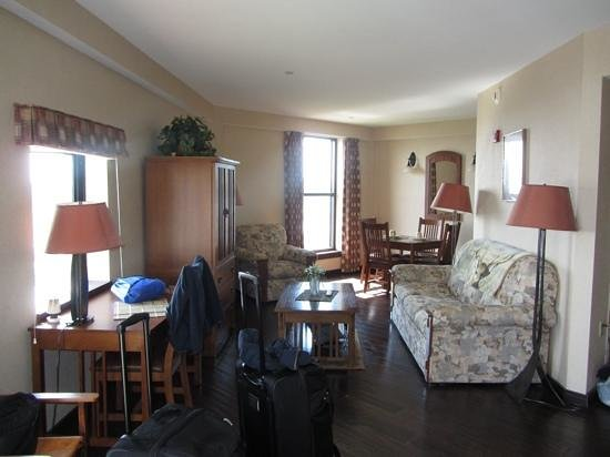 Clifty Inn: Suite 401: Living/dining area. Lots of natural light.