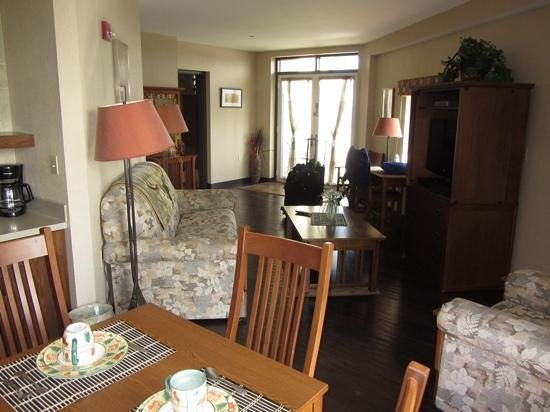 Clifty Inn: Suite 401: in the distance is the doorway to the bedroom