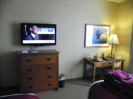 Diamond Mountain Casino and Hotel : Tv and  desk