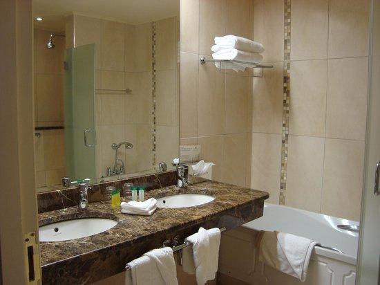 The Ardilaun Hotel: Nice sparkling clean bath!