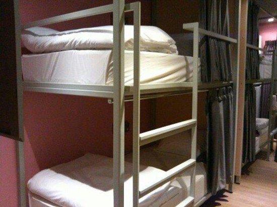 Siamaze Hostel: 上下铺,左右各4张床,共8张床