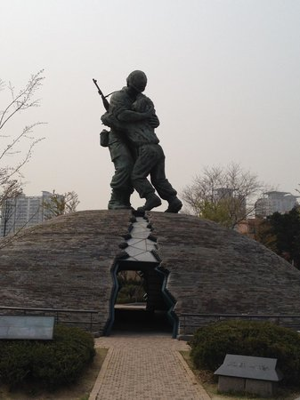 Monumento de Guerra de Corea: Huge statue of the two brothers on opposite sides of the war